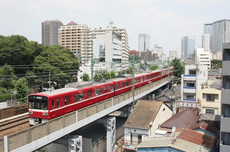 6階EVホールから望む京急線