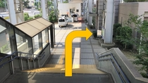 【駅からホテルまで③】玄関まであとわずか!→階段を下りたらすぐ右手に玄関がございます.jpg