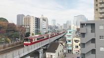 6階エレベーターホールから望む京急線