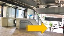 【駅からホテルまで②】二手に分かれる階段→改札を出られましたら右手の階段を下ります.jpg
