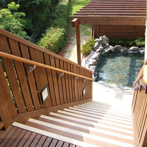 露天風呂に続く階段