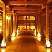 *淡い灯篭の光がとても幻想的・・・