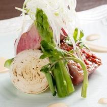 【遊季亭風ステーキ】上質の牛肉を季節のソースでお召しあがりいただきます