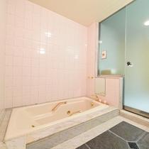 *【スイートルームのお風呂】広々としたセパレートタイプのお風呂だから快適!
