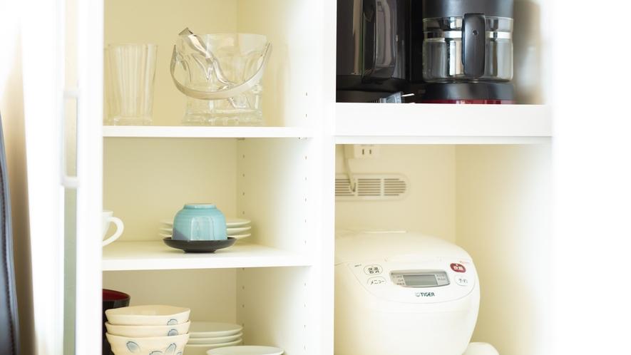 *【コンドミニアムルーム】炊飯器、各種食器がございます。