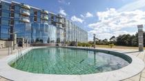 *【屋外プール】高台にある当館のプールは開放感たっぷりで気持ちいいとご家族に大人気。