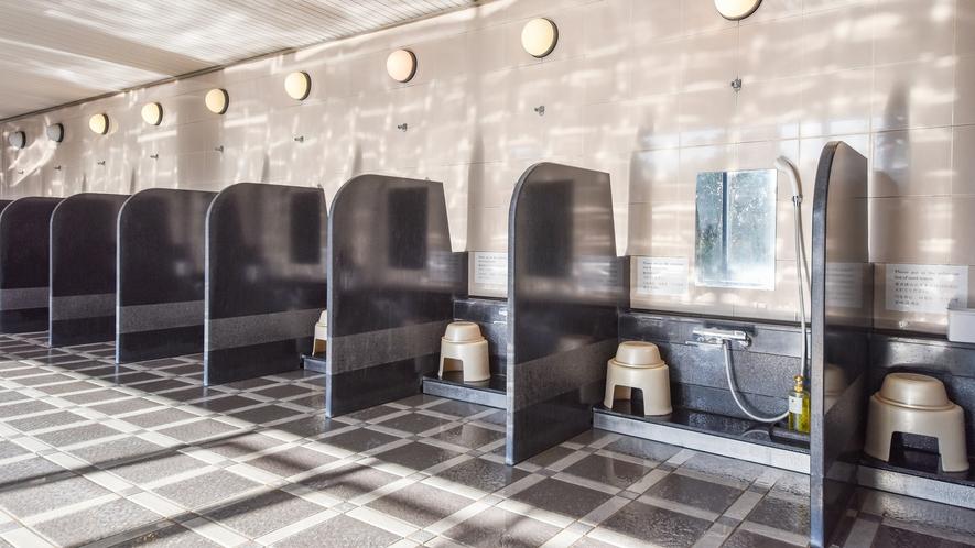 *【男性大浴場】広々とした大浴場は、洗い場も多くて快適です。