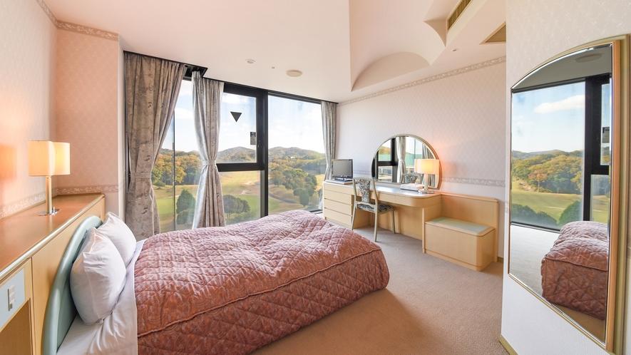 *【ダブルルーム】併設のゴルフ場のフェアウェイを一望できるお部屋です。