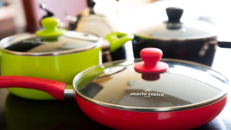 *【コンドミニアムルーム】キッチン備品。やかん、各種鍋。