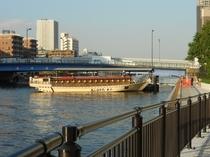 風情ある屋形船が運行する朝潮桟橋まで徒歩すぐ