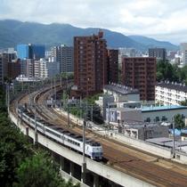北側の客室の窓からは行き交う電車たちを眺める事が出来ます。