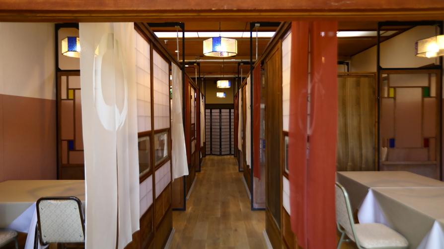お食事処はお客様ごとに仕切りのついた個室仕様となっております。大正ロマン風なインテリア
