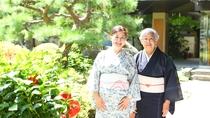 ようこそ上山田ホテルへ。女将たちが笑顔でお迎えいたします。