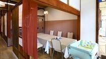 ベビーベッドのご用意もございます。レトロな建具で仕切られた個室仕様の食事処