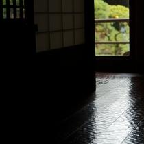 【数寄屋造り離れ/泉亭】艶やかな網代柄の廊下など趣向を凝らした造り