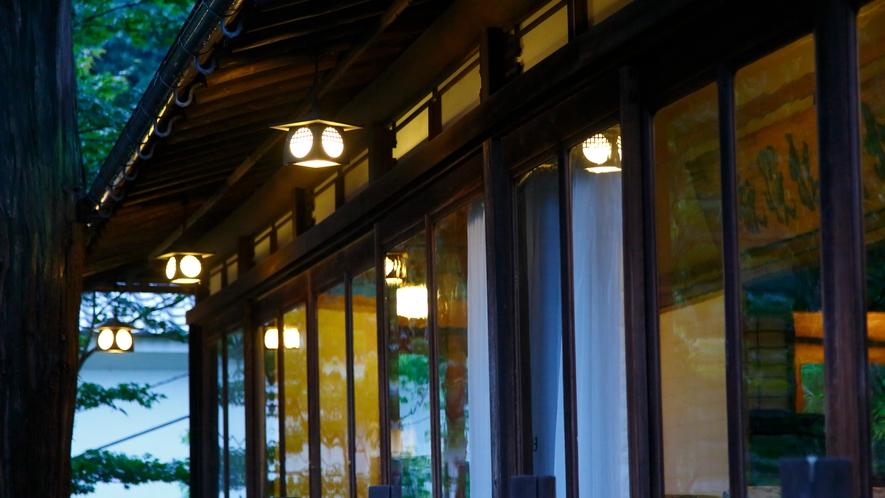 【数寄屋造り離れ/長生殿】波打つガラス窓は明治時代に作られた手作りのもの