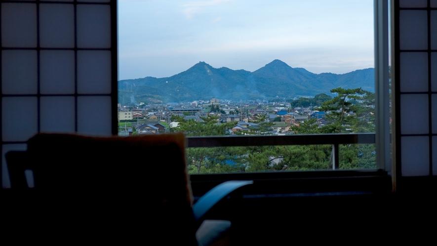 【松月テラス/バリアフリーツイン】お部屋の窓からは琴平の町を一望