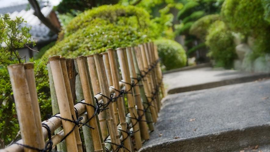 山の傾斜地を利用した回遊式和風庭園