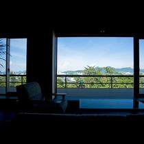 【ガーデンラウンジ】窓には歴史ある門前町や雄大な阿讃山脈がパノラマに広がる