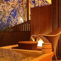 【富士見台/専有露天風呂付和洋室】お部屋の露天風呂と庭園の枝垂れ桜