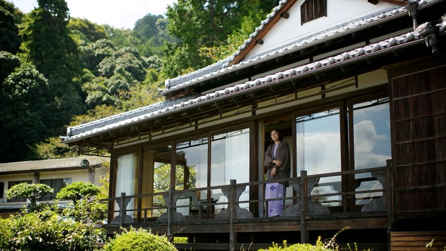 【数寄屋造り離れ/延寿閣】縁側からは庭園と琴平の町を望む