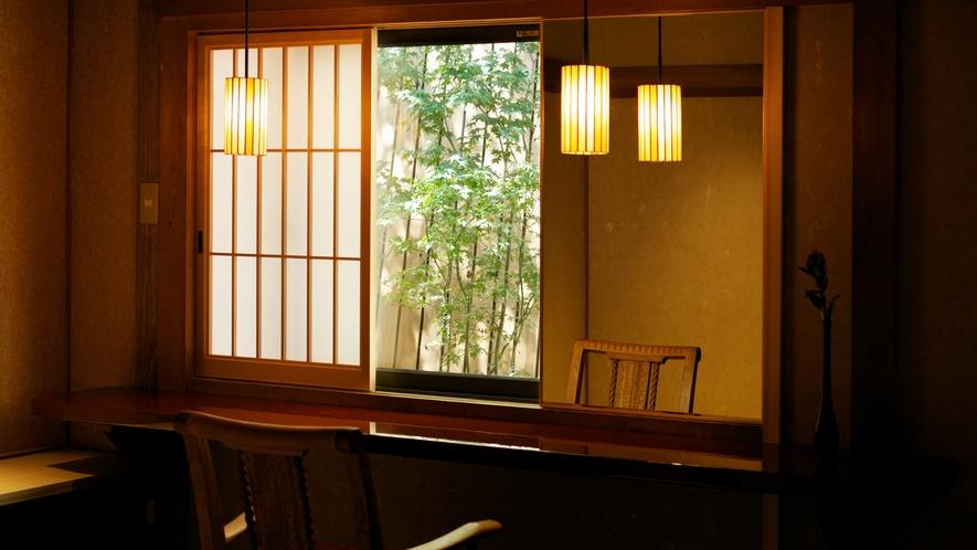 【数寄屋造り離れ/長生殿】ドレッサー室から坪庭を眺める
