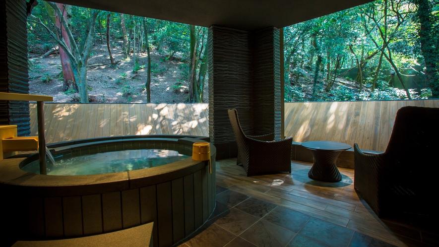 【貸切露天風呂杜の湯】森の緑が湯面に移り込み、専用のデッキチェアで森林浴も