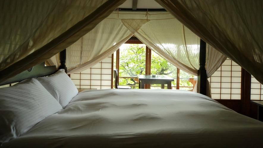 【数寄屋造り離れ/泉亭】ベッドやソファーを配した和モダンな空間