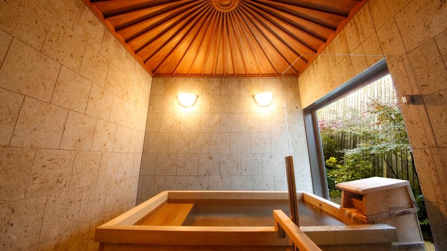 【数寄屋造り離れ/長生殿】2013年完成した坪庭を望む桧風呂
