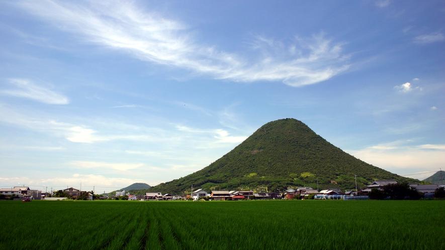 【讃岐富士】丸亀市と坂出市の境に位置し、別名「讃岐富士」と称される飯野山
