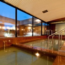 夜の大浴場。女性風呂には美肌効果のあるセシリン風呂も。