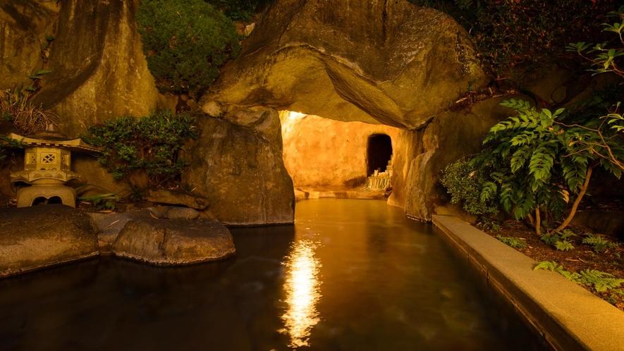 男女別露天風呂 露天風呂の奥は洞窟風呂に。朝夕男女入れ替え制