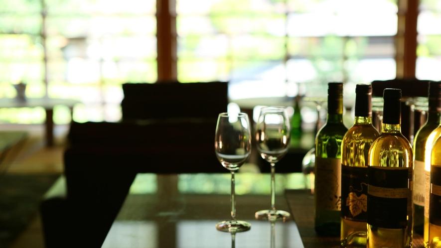 ライブラリーラウンジ:好きな本とワインとともに贅沢な時間をお過ごしください。