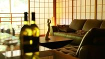 ライブラリーラウンジ:好きな本とワインをともに贅沢な時間をお過ごしください。