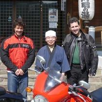 *主人と海外からのお客様。バイクでシアトルからお越しでした!