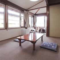 *客室/カーペット敷きのお部屋。お部屋からは八ヶ岳の風景が臨めます。