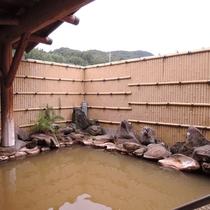 *露天風呂(女湯)八ヶ岳の硫黄岳から流れる湯川渓谷に古くから涌き出る温泉を利用しています。