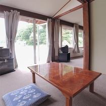 *客室/2間続きのカーペット敷きのお部屋です。マッサージチェアと足マッサージ機(有料)完備。