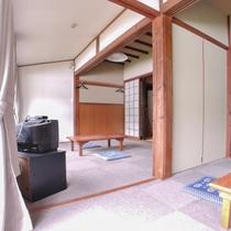 *客室/カーペット敷きのお部屋。マッサージチェアと足マッサージ機(有料)があります。