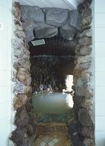 源泉100%洞窟風呂 湯温は源泉温度のまま。ぬるめですが体がつるつる・ぽかぽかになります。