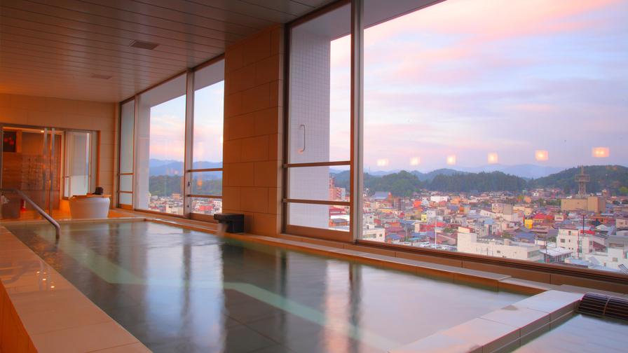 夕方の展望大浴場。刻々と変わる空を眺めながらの温泉は格別です。