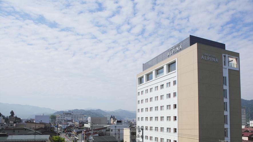 高山駅より徒歩3分、最上階9階には天然温泉大浴場がございます。