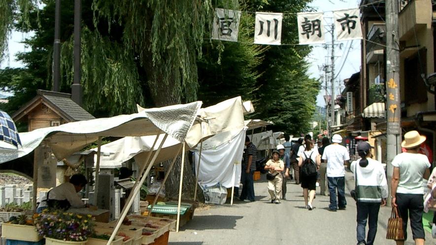 陣屋朝市・宮川朝市には、地元のおばちゃんたちが一生懸命育てた新鮮な野菜などがならびます。