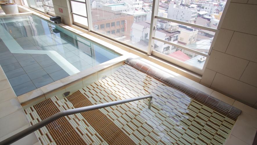 内湯には、寝そべってリラックスできる「寝湯」もございます。