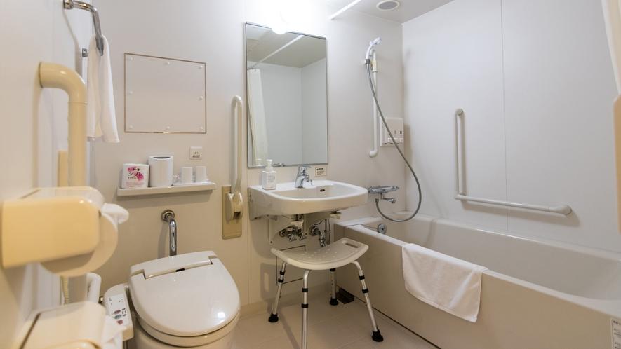 ユニバーサルツインルームは室内の段差を無くし、バスルーム内各所に手すりを完備しています。