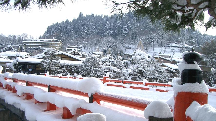 冬の飛騨高山、赤い中橋の欄干にもふんわりと雪帽子が。
