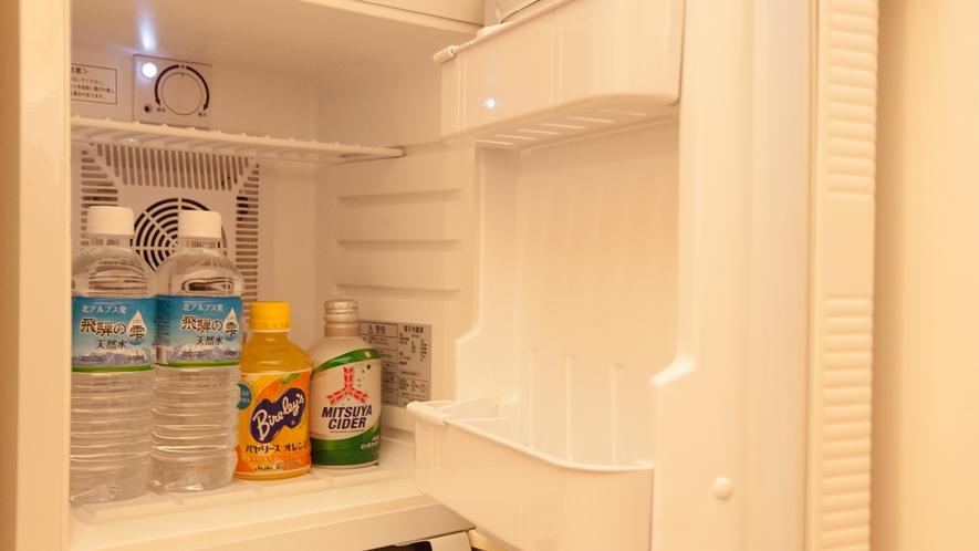 【デラックスルーム専用品】デラックスルームの冷蔵庫には、無料ドリンクをご用意。