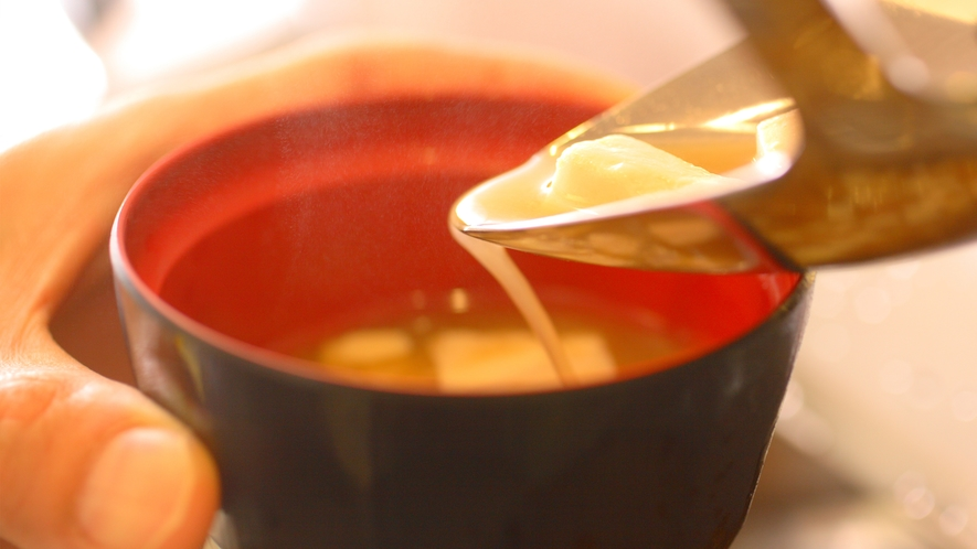 毎朝手作り、具だくさんの優しいお味噌汁。もちろん飛騨高山の味噌を使用しています。