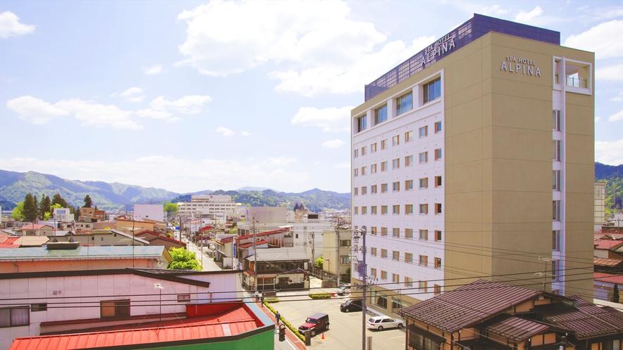 高山駅より約200mほどの場所にございます。全9階建てのホテルです。