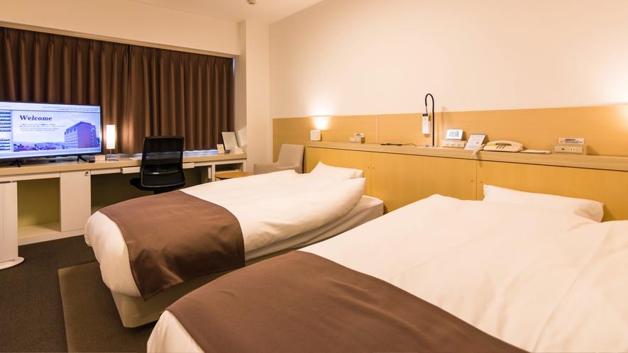 ハイフロアツインルームの2台のベッドは通常は離れた配置ですが、添い寝ありの場合は繋げてご用意します。